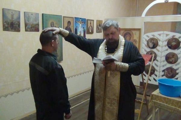 Еще один осужденный принял крещение в смоленском следственном изоляторе