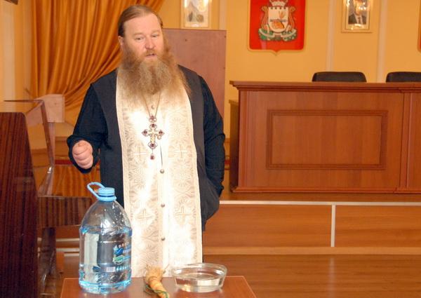 Игумен Хрисанф побеседовал с сотрудниками УФСИН России по Смоленской области о празднике Крещения Господня