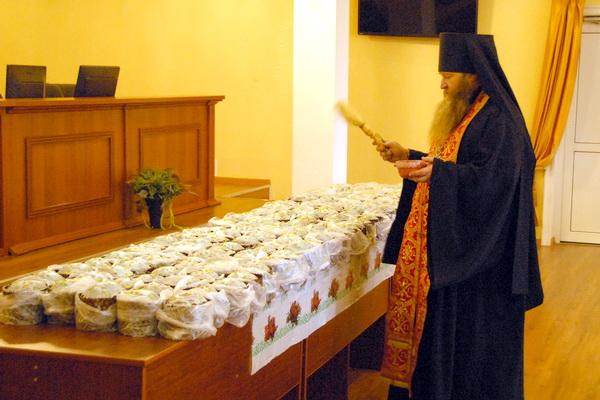 Сотрудники УФСИН России по Смоленской области получили пасхальное угощение от Смоленской митрополии